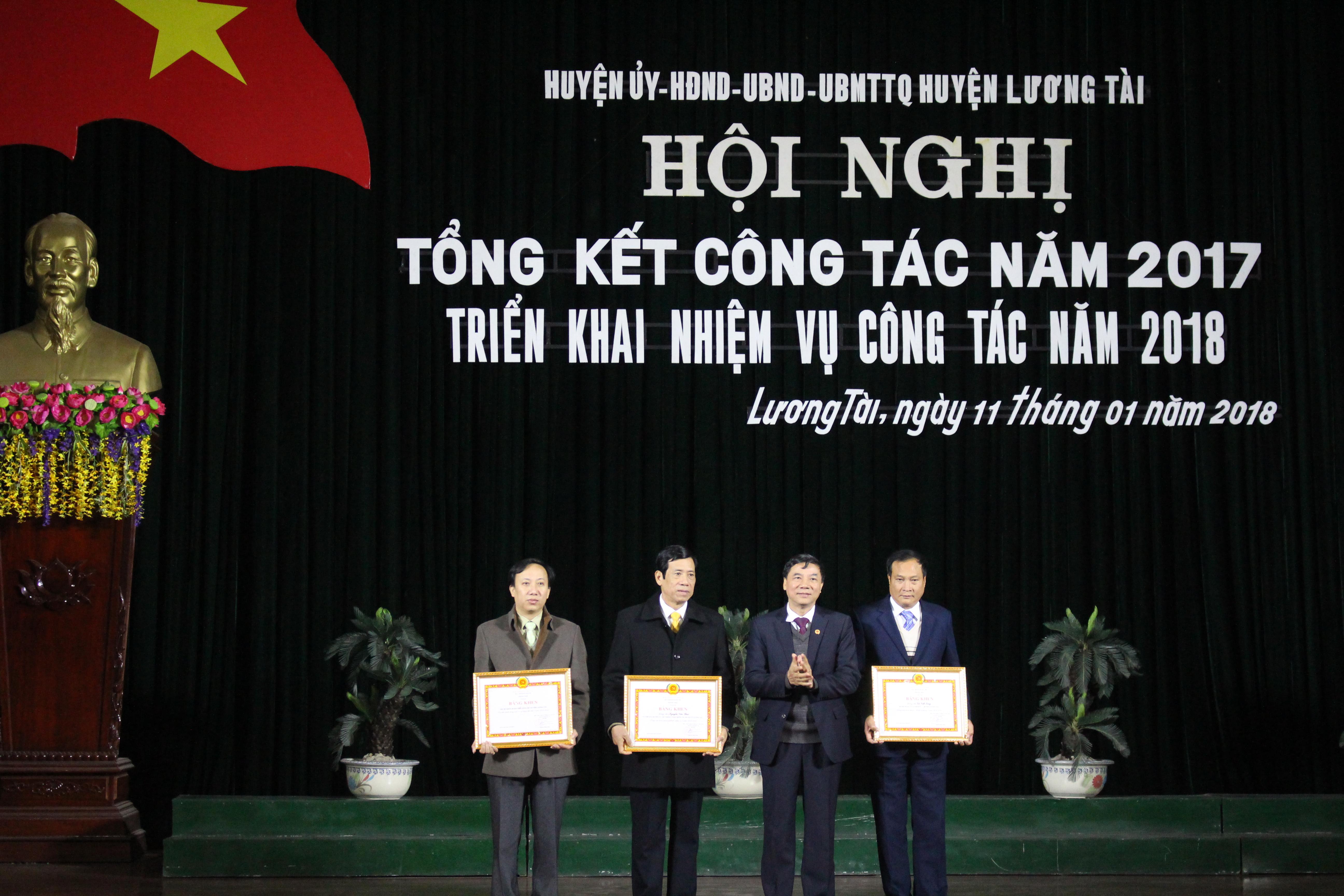 (Phó bí thư thường trực tỉnh ủy Nguyễn Hữu Quất trao tặng bằng khen cho các đơn vị)