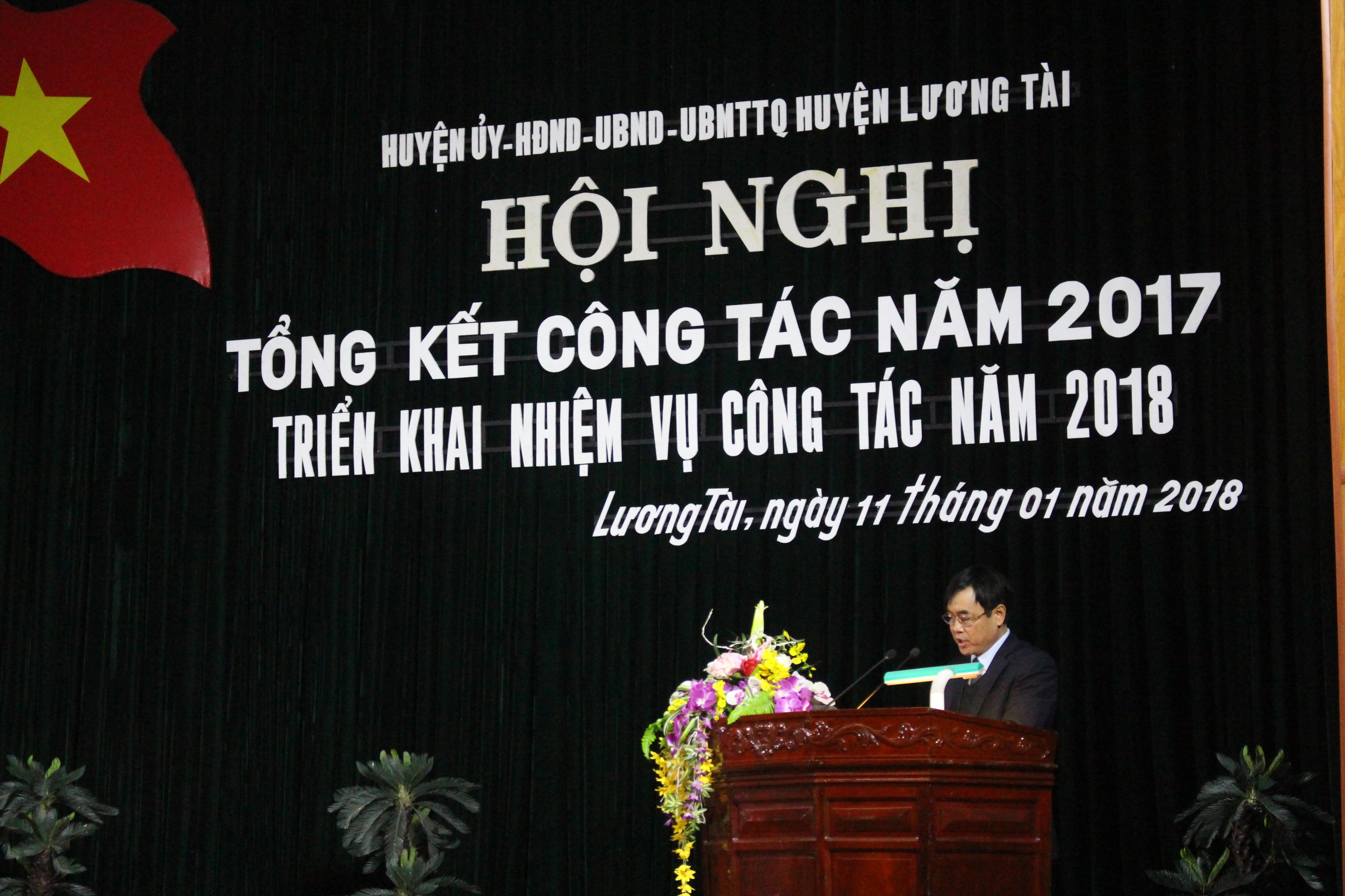 (Phó bí thư thường trực huyện ủy Nguyễn Đình Văn báo cáo tại hội nghị)