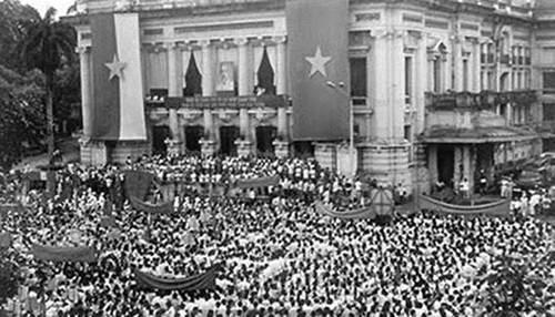 Description: Mít tinh tổng khởi nghĩa ở Quảng trường Nhà hát Lớn Hà Nội 19/8/1945 (Ảnh: Tư liệu).